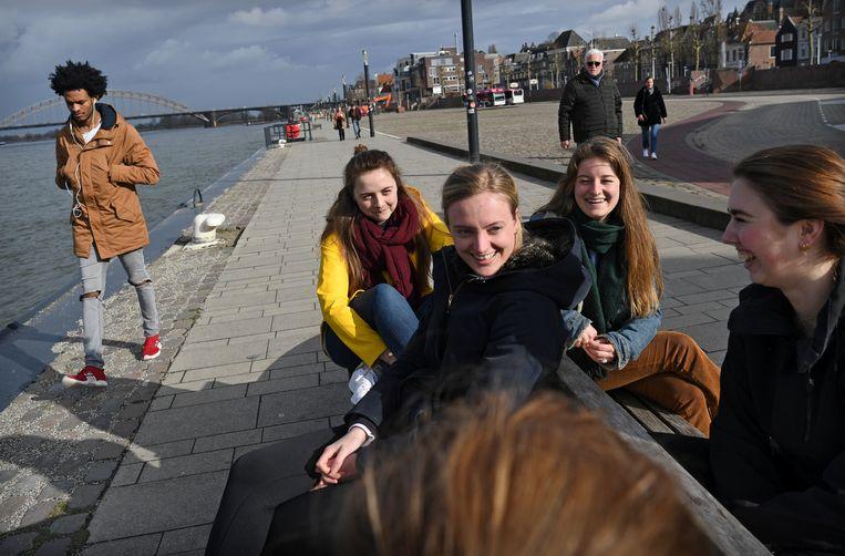Studenten aan de Waalkade in Nijmegen komen uit hetzelfde studentenhuis en hebben allemaal op D66 gestemd.    Beeld Marcel van den Bergh / de Volkskrant