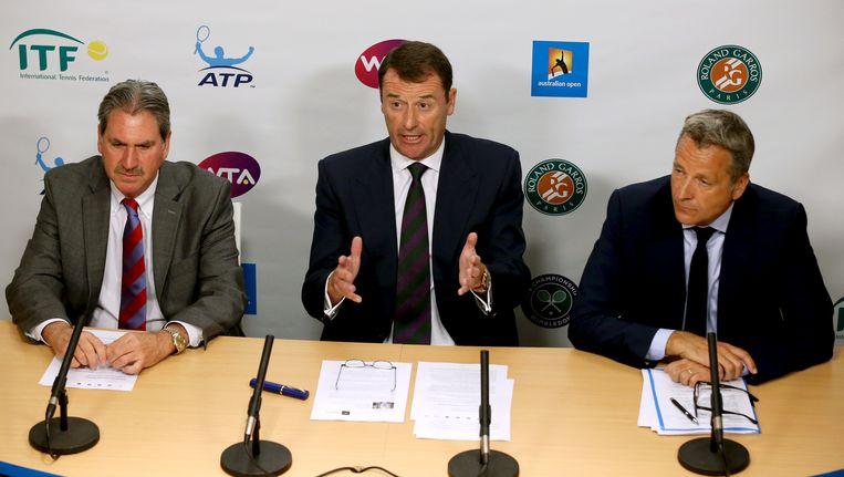 ITF-voorzitter David Haggerty (links), Wimbledon-voorzitter Philip Brook en ATP-voorzitter Chris Kermode op een gezamenlijke persconferentie in Melbourne. Beeld AP