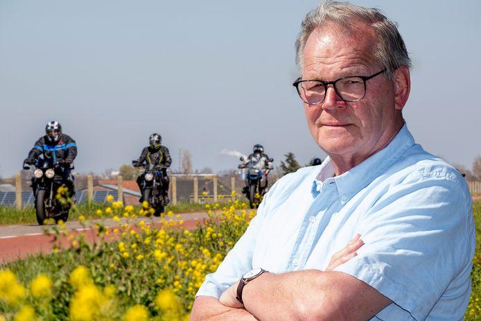 Dijkbewoner Wim Iding  uit Appeltern werd zondag horendol van de vele motorrijders op de dijk bij Apeltern. Foto Raphaël Drent (montage)