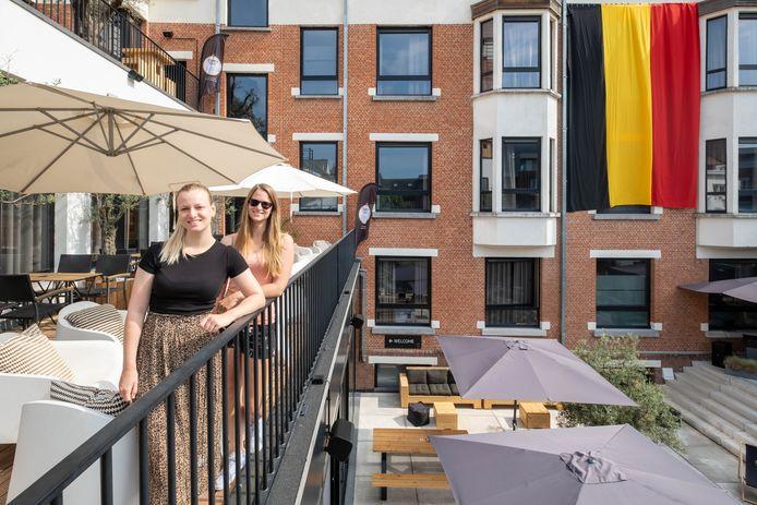 Renee en Marie Van Itterbeeck op hun Smmrbar in hotel Elisabeth