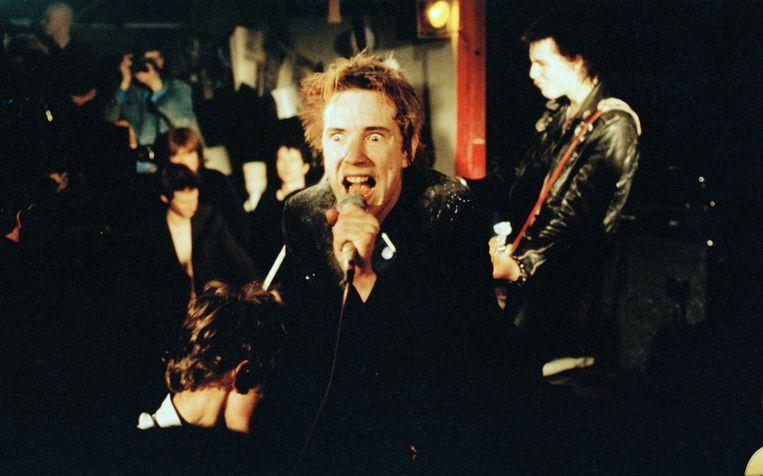 Wie de politieke situatie in Westminster van een soundtrack wil voorzien, komt uit bij Anarchy in the UK van The Sex Pistols. Op de foto een optreden van de Engelse punkband in 1977. Beeld null