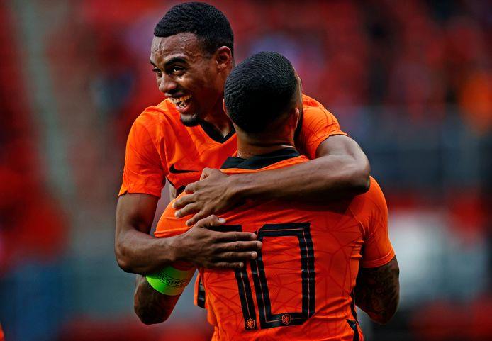 Ryan Gravenberch viert zijn eerste doelpunt in Oranje met Memphis Depay.