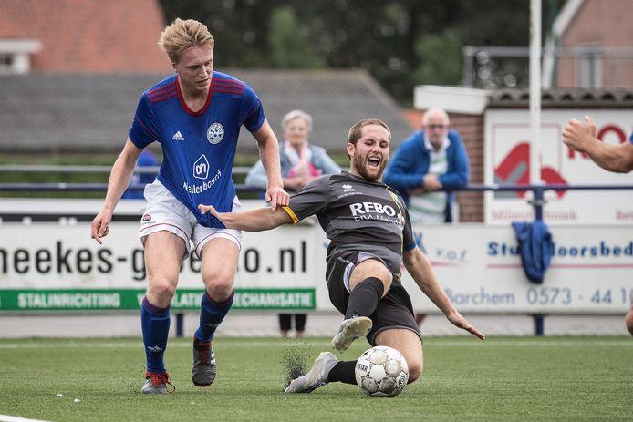 Voetbalclubs in het zondagvoetbal, zoals tweedeklasser Grol (links) krijgen vanaf het seizoen 2022-2023 de kans om over te stappen naar de zaterdag.