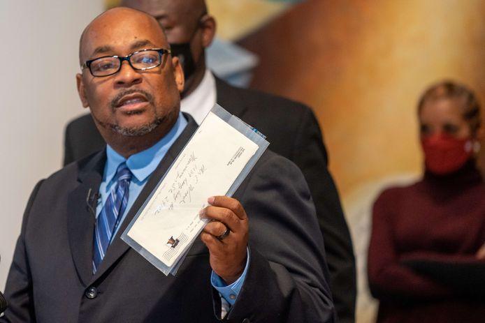 Reggie Wood, een neef van de inmiddels overleden New Yorkse oud-politieagent Raymond Wood, legt het nieuwe bewijs voor tijdens een persconferentie.