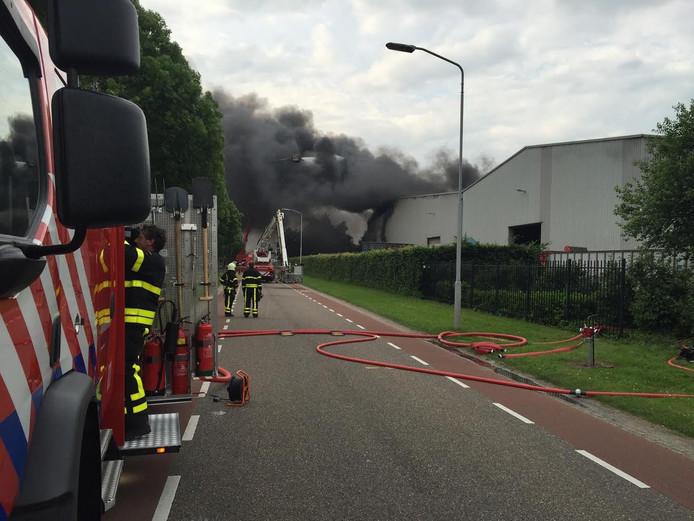 Bij het metaalrecyclingbedrijf aan de Veerweg in Waalwijk zijn flinke rookpluimen te zien.