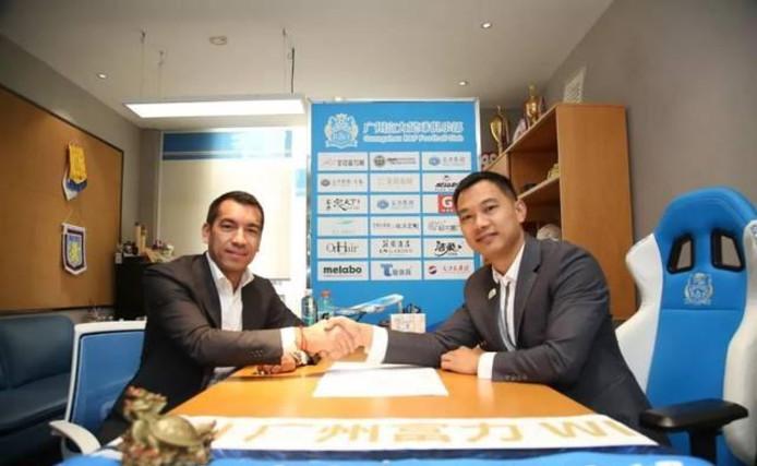 Giovanni van Bronckhorst tekent zijn contract in China.