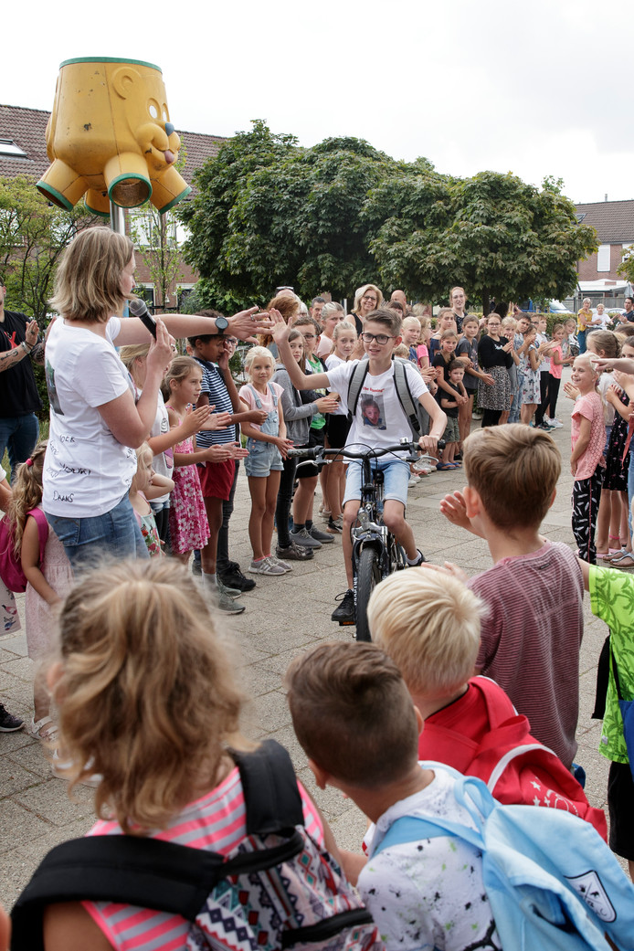 Voor de laatste keer verlieten zestien leerlingen uit groep 8 van de basisschool De Scheperstee in Warnsveld daar het schoolplein.