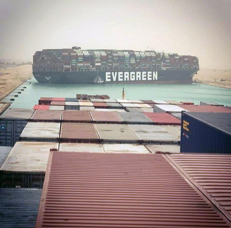 Het begin van de rij schepen die niet langs de Ever Given kunnen. Beeld EPA