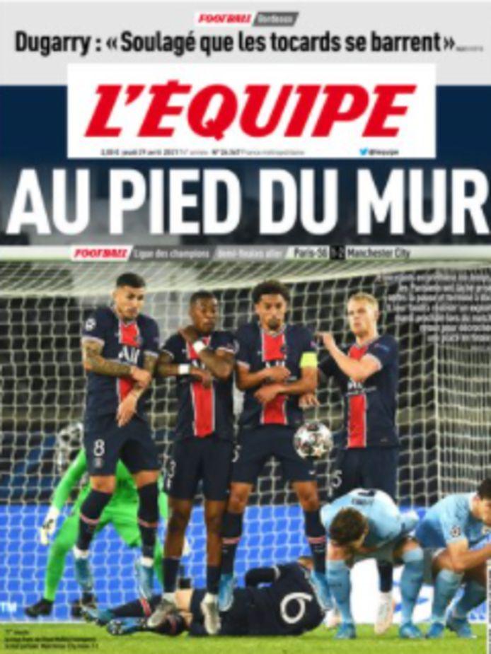 """""""Au pied du mur"""", klonk het op de voorpagina van L'Équpie. Een woordspeling: PSG moet nog een hele berg beklimmen, er wacht Neymar en co een loodzware opdracht in het Etihad Stadium."""