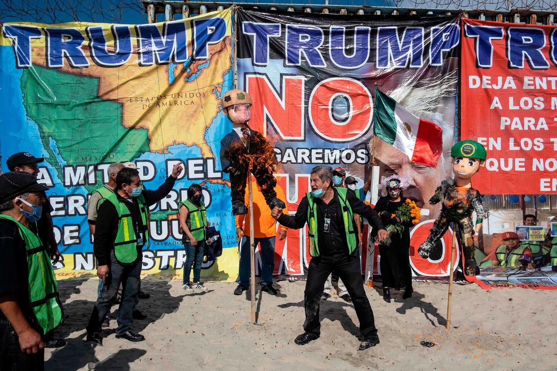 Een Trump-piñata gaat in brand in Tijuana, grensstad met de VS. Trump heeft het hier verbruid. Beeld AFP