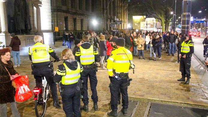 De politie houdt de groep in de gaten.