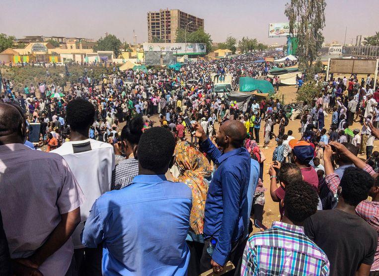Sudanese demonstranten eisen het vertrek van president Omar al-Bashir in de buurt van het militaire hoofdkwartier in de hoofdstad Khartoem. Beeld AP