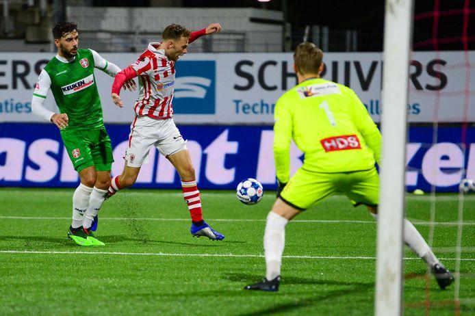 In de doodse stilte in Oss zorgde de Belgische FC Dordrecht-doelman Anthony Swolfs, in de eerste serie wedstrijden toch betrouwbaar gebleken, voor twee hachelijke momenten.