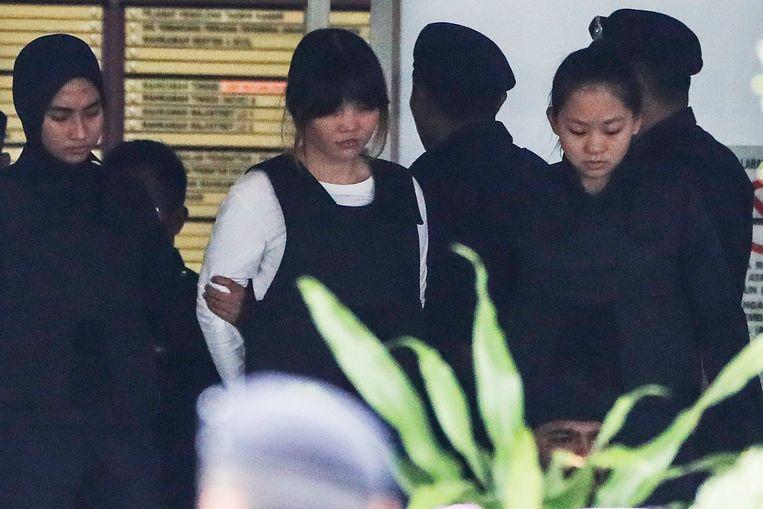 Een van de twee verdachten van de moord op Kim Jong-nam aan het gerechtsgebouw.  Beeld EPA