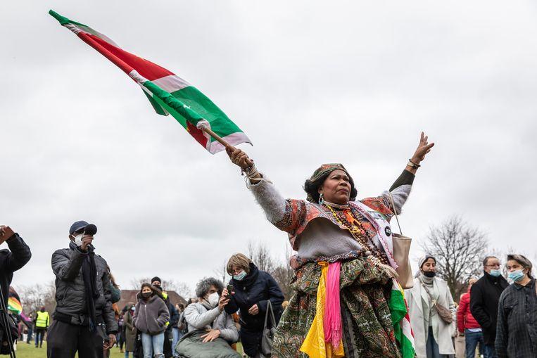 Actievoerders tegen racisme zondagmiddag in het Westerpark. Met vlag: mevrouw Esajas van Stichting God Zij Met Ons Suriname. Beeld Dingena Mol