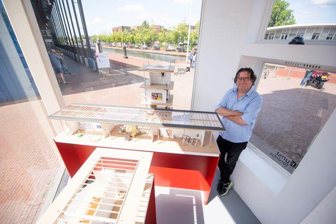 Menno Dimitri Ouderkerk in het Kunst-Torentje bij de nieuwe expositie De Aandeelhoudersvergadering.
