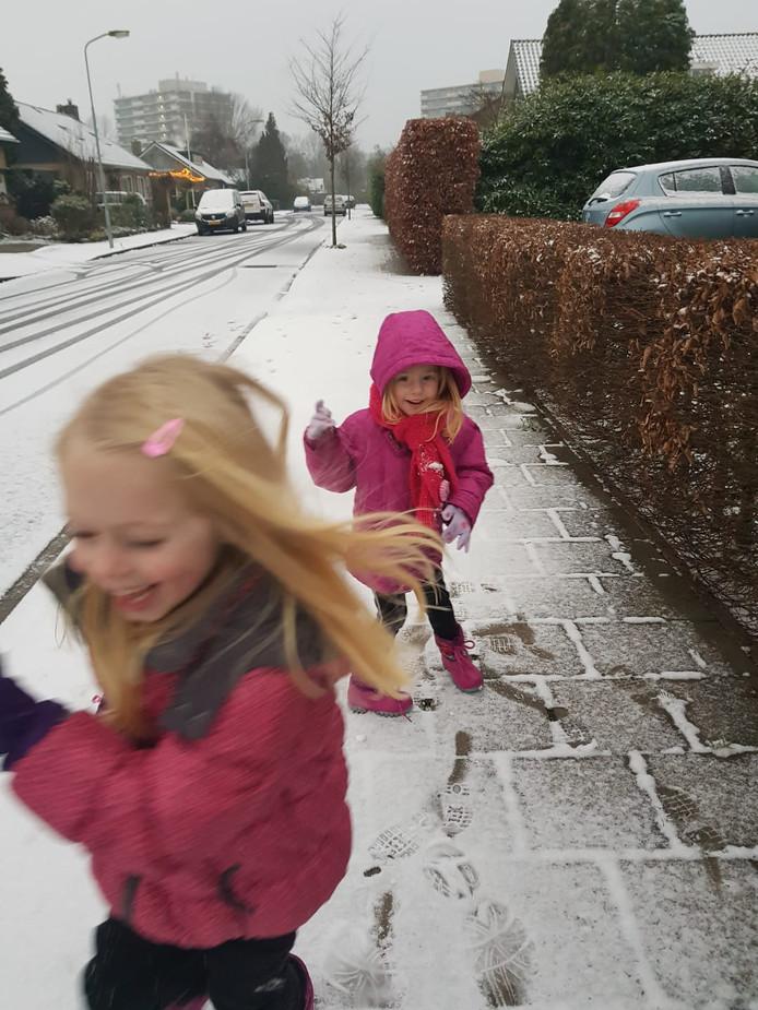 Grote pret samen in de sneeuw