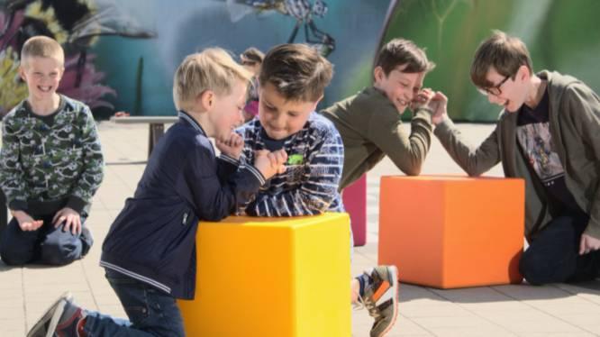 Stapelbare zitkubussen stimuleren buitenonderwijs in Sint-Barbaracollege