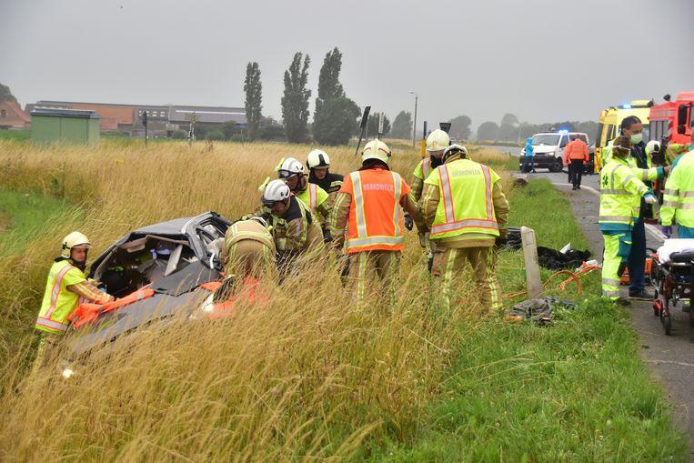 De hulpdiensten hielpen de slachtoffers evacueren uit het wrak van de Ford Galaxy.