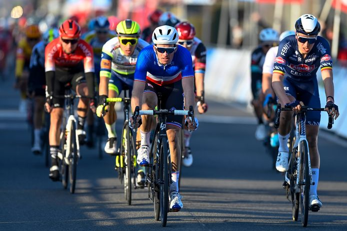 Tim Merlier (r.) sprintte in Kuurne voor een hele verre ereplaats en legde nipt de duimen voor de Franse kampioen Arnaud Démare.