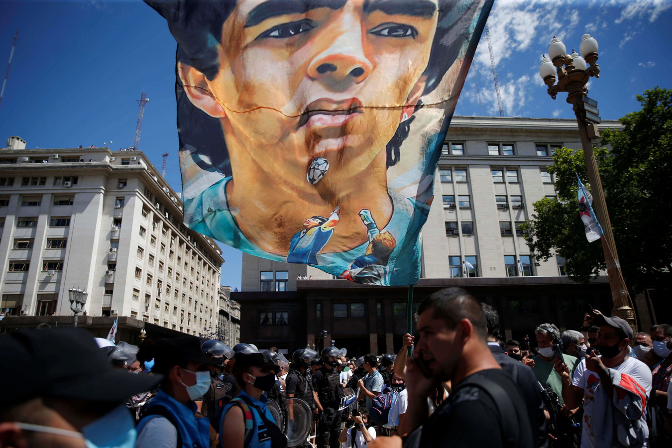 Fans van Diego Armando Maradona bijeen voor de begrafenis in Buenos Aires.