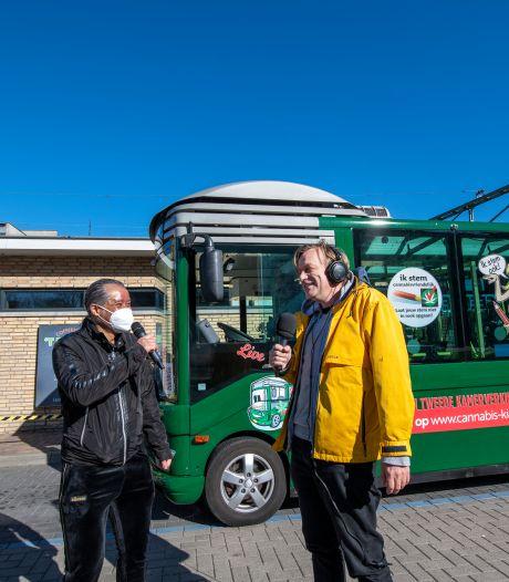 Derrick en Derek in de Cannastembus door Apeldoorn: op campagne voor legalisatie softdrugs