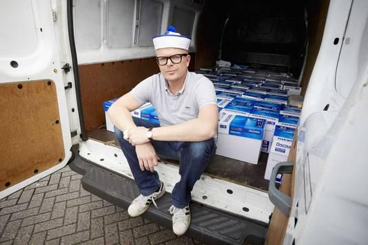 Jan Roos van GeenPeil bij een van de twee bestelauto's met 440.000 handtekeningen.