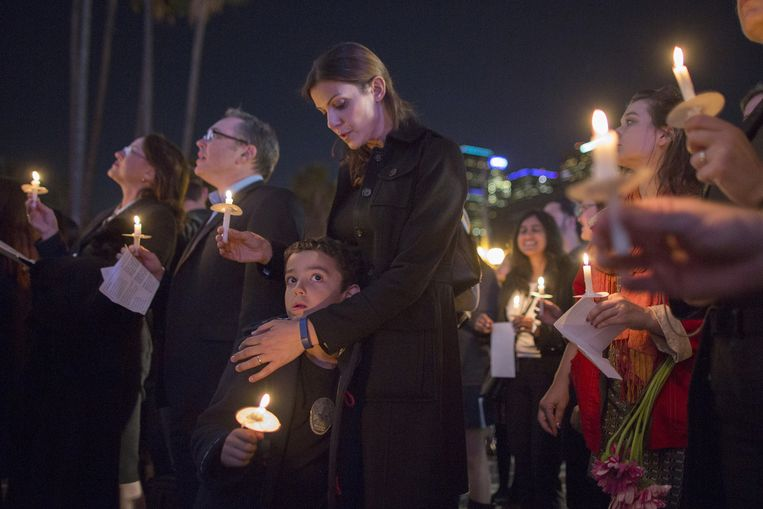 People attend at a memorial and vigil outside City Hall for the victims of the Paris attacks, on November 17, 2015 in Los Angeles, California. Southern California resident, Nohemi Gonzalez, was among those killed in the attacks. Beeld GETTY