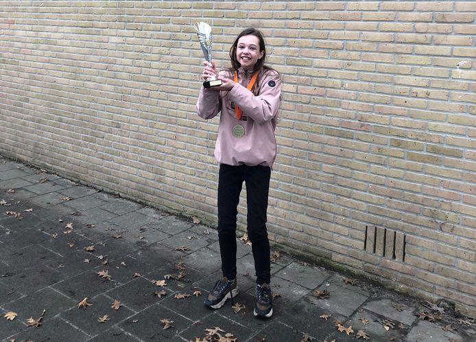 Ook Danique Engbersen van de Woolderschool mag zich een jaar lang voorleeskampioen van Hengelo noemen.