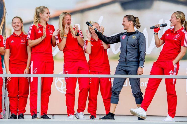 Sherida Spitse (tweede rechts), toen nog van FC Twente, en Desiree van Lunteren (r) van Ajax tijdens de perspresentatie van de eredivisie vrouwen voor het seizoen 2017-2018. Beeld ANP