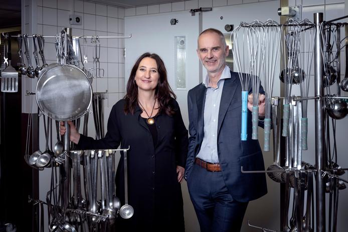 Hanno Pijl & Karine Hoenderdos in de keuken van het LUMC. Zij hebben samen een boek uitgebracht over eten en hart en vaatziekten. Foto Joost Hoving