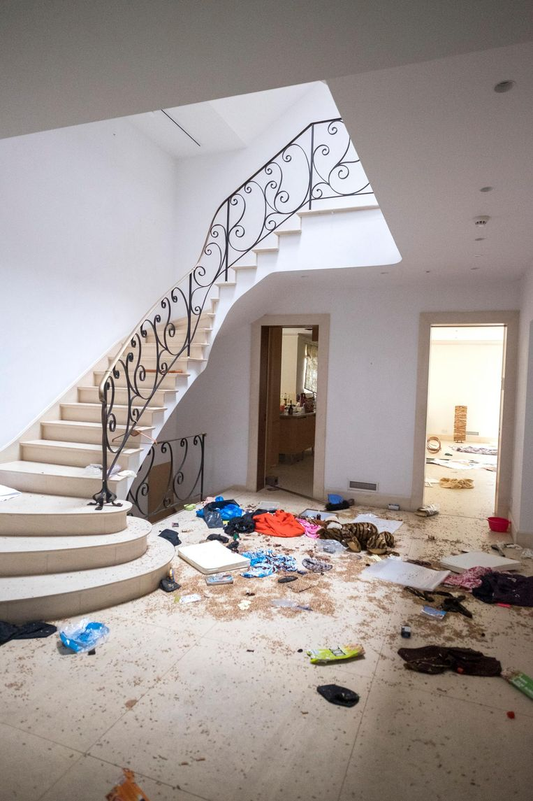 De strooptocht van de plunderaars ging door het hele huis. Ook de traphal moest eraan geloven.