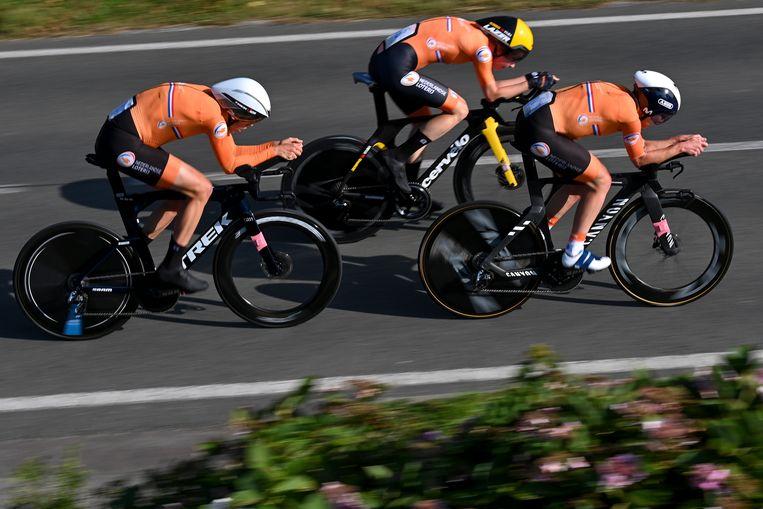 De mannen van het Nederlandse estafetteteam in actie tijdens hun 44,5 kilometer lange tijdrit van Knokke naar Brugge.  Beeld BELGA