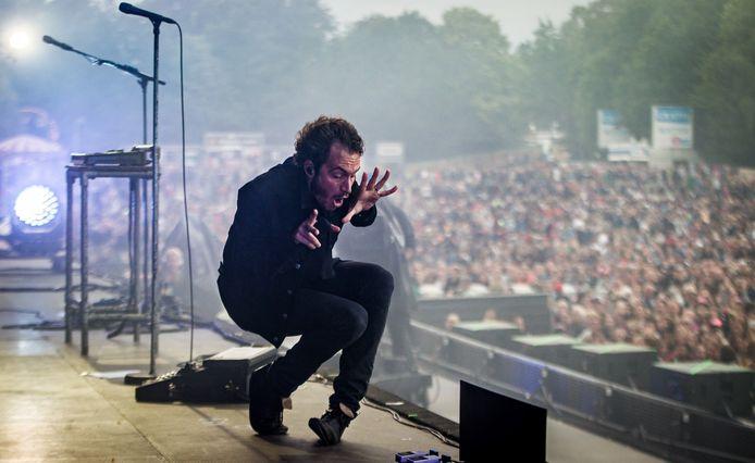 Leadzanger Tom Smith tijdens de derde dag van het muziekfestival Pinkpop.