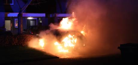 Auto brandt volledig uit in Schijndel, politie gaat uit van brandstichting