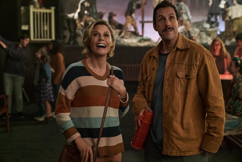 Adam Sander en Julie Bowen in 'Hubie Halloween'. Beeld Netflix