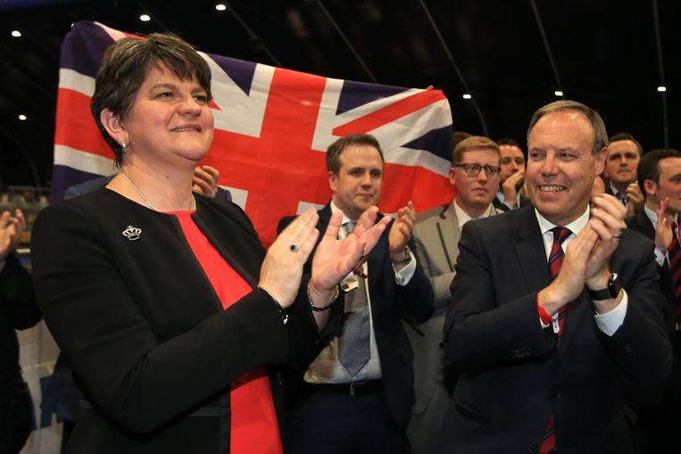 DUP-partijleider Arlene Foster met de winnende kandidaat in North Belfast, Nigel Dodds. Beeld EPA