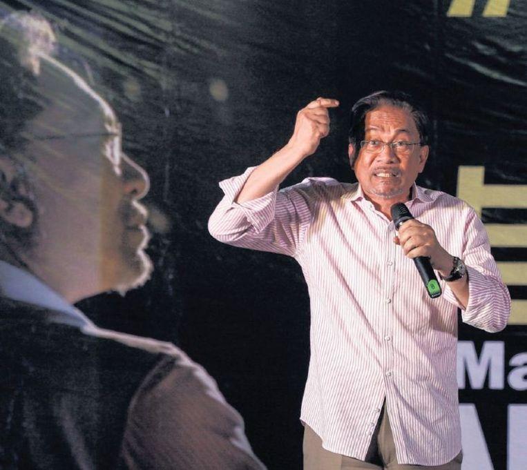 De Maleisische politicus Anwar Ibrahim hoort vandaag of hij vijf jaar cel krijgt vanwege homoseksualiteit. Beeld epa