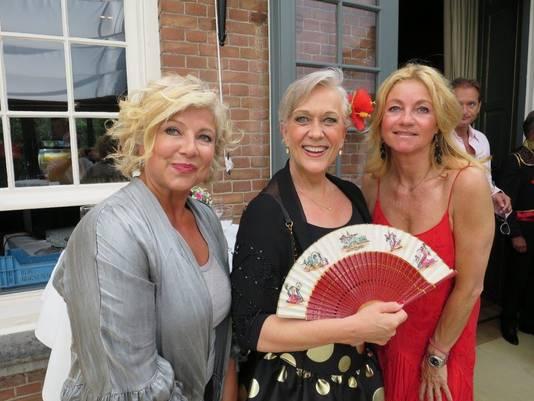 Corinne Nieuwenburg waaiert de zussen Jacqueline (l.) en Monique Veerkamp koelte toe.