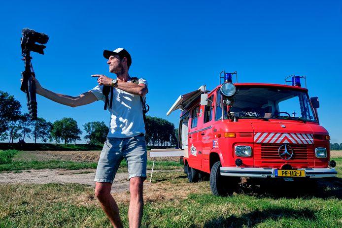 Cameraman Kees Aantjes heeft tijdens Corona besloten zijn huis te verkopen om te gaan reizen met een oude Duitse vrijwilligers brandweerwagen met slechts 33.000 km op de teller, en gaat dit alles vloggend vastleggen.