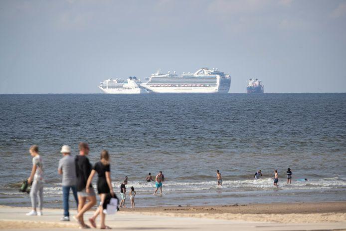 Vanwege de coronacrises liggen veel cruiseschepen bij Scheveningen voor anker.