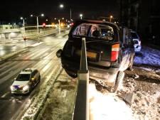Geparkeerde auto bijna over een reling gebeukt in Helmond, veroorzaker vlucht