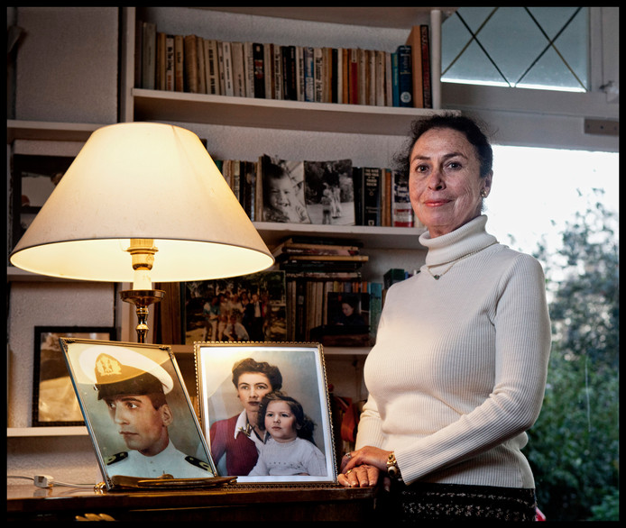 Katja Boonstra (77) uit Castricum vraagt zich na de illegale bergingen van twee gezonken Nederlandse onderzeeboten in Azië ernstig af of het zeemansgraf van haar vader Willem Blom nog wel ongeschonden is.