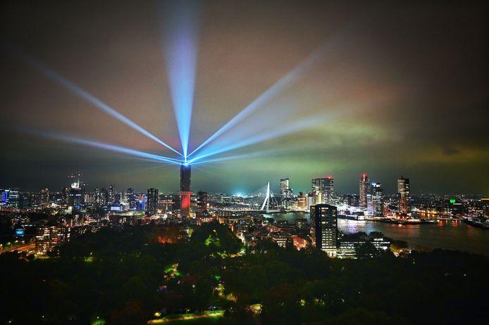 De lichtshow van de Zalmhaventoren.