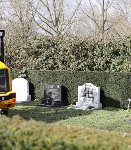Hakenkruis op graf en bekladdingen op gemeentehuis en corona-testlocatie in Bunschoten: 'Afschuwelijk'