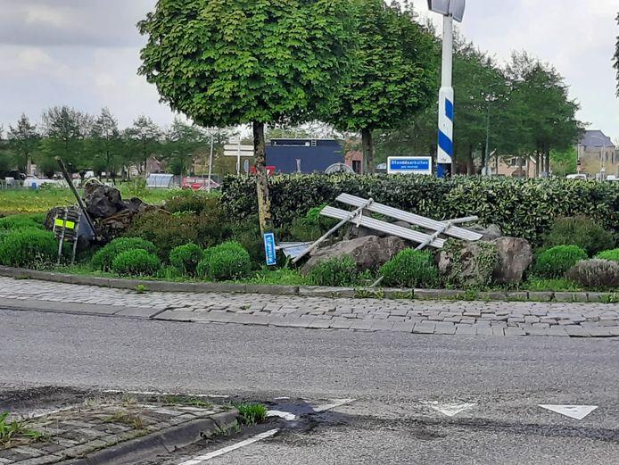 Vernielingen aan en nabij de rotonde aan de Markweg in Standdaarbuiten.