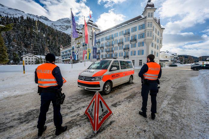 Politie bewaakt Hotel Kempinski in Sankt Moritz, waar een uitbraak is van de Britse variant.
