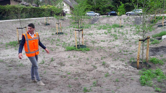 Wethouder Jeffrey van Agtmaal in de grote wadi te Putte die dient als overloop voor regenwater bij hoosbuien. De wadi wordt ingezaaid met gras en een bijenmengsel van bloemzaden. De bomen kunnen tegen tijdelijke 'natte voeten'.