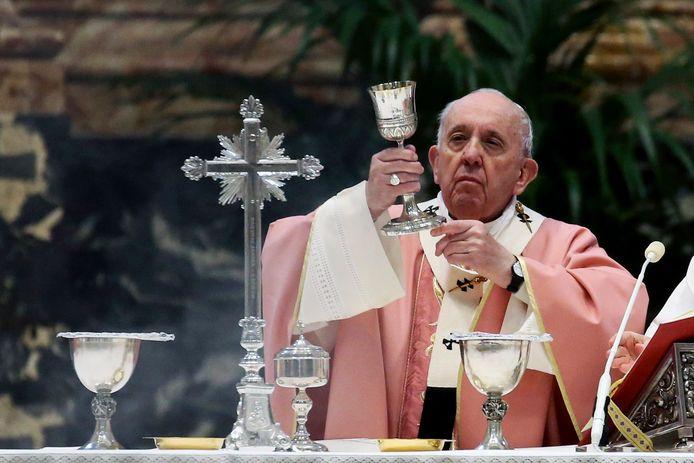 """Paus Franciscus heeft de tekst van de Congregatie voor de Geloofsleer waarin het dogma over het Katholieke huwelijk wordt bevestigd """"gelezen en goedgekeurd""""."""