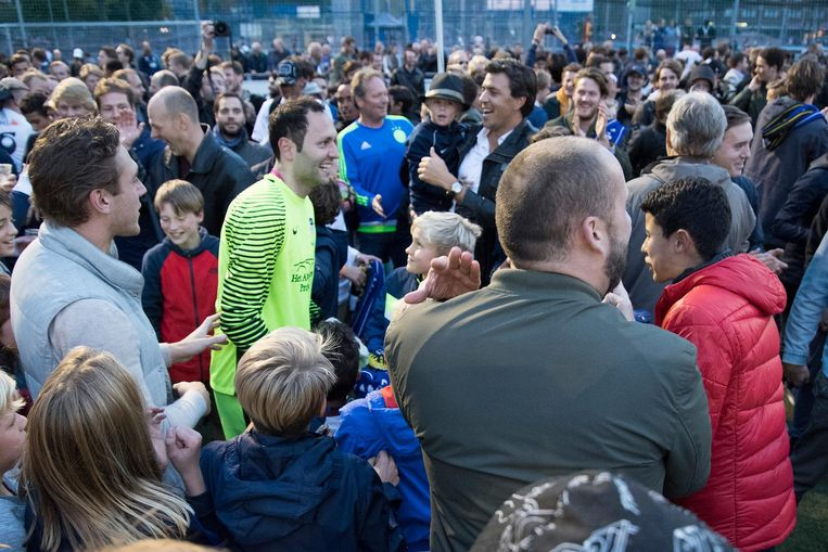Keeper Bogdan Constantin tussen de fans. Beeld Pro Shots / Paul Meima